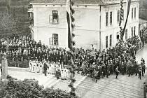 Masarykova veřejná knihovna Vsetín začala v únoru 2021 s oslavami 100 let. Dům J. Bubely na Palackého ulici byl sídlem knihovny v letech 1932-1947. (Fotografie zachycuje odhalení Masarykova pomníku r.1926)
