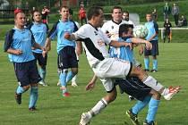 Fotbalisté Zašové (bílé dresy) doma prohráli s Prostřední Bečvou 0:1.