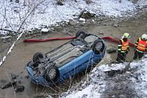 Při dopravní nehodě u Velkých Karlovic skončilo auto v potoku.