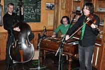 Postfolklorní brněnské cimbálové trio Ponk vystupuje v pátek 22. května 2015 večer ve Schlattauerově kavárně ve Valašském Meziříčí. Koncert je součástí programu XI. mezinárodního festivalu cimbálu.
