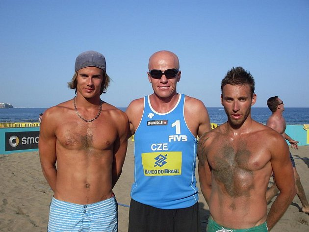 Michal Růčka (vpravo), jeho parťák Robert Kufa a reprezentační trenér Michal Palinek na Kanárských ostrovech.