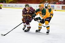 Hokejisté Vsetína (ve žlutých dresech) v úvodním semifinále Chance ligy proti Dukle Jihlava.
