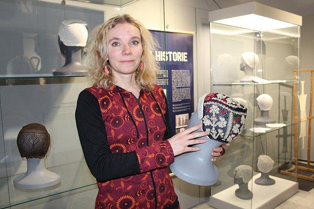 Ve vsetínském zámku vrcholí přípravy na výstavu textilií pletených na rámu technikou zvanou krosienka. Výstava začíná v sobotu 24. února 2018.
