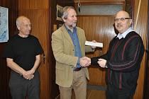 Milan Kostelník (vpravo) předává za Křesťanské občanské sdružení Vsetín finanční dar ředitele Diakonie ČCE Vsetín Danu Žárskému (uprostřed).