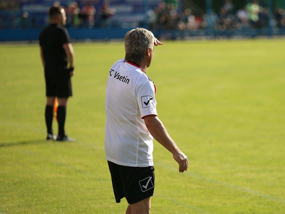 Hlavní trenér Vsetína Miroslav Mičega bedlivě sleduje situaci.