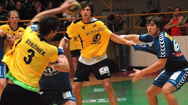 Utkání 8. kola Zubr extraligy Zubří (ve žlutém) – Plzeň skončilo výhrou domácího celku 26:23.