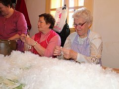 Desítky lidí se přišly podívat do muzea vypálených usedlostí Vařákovy paseky v Lačnově, jak se dere peří a zpracovává ovčí vlna.