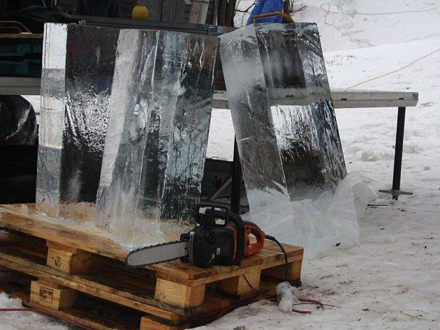Tvorba ledových soch na Pustevnách v sobotu 10. ledna.
