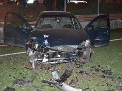 Opilý řidič boural, zastavil se až na fotbalovém hřišti.