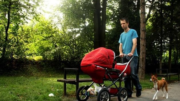 Lidé využívají park například k procházkám se psy a kočárky.