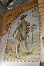 Restaurátoři obnovili původní malby postav valašských zbojníků a portášů v interiéru národní památky Libušín na Pustevnách; květen 2019
