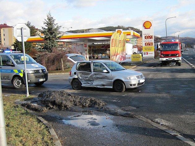 U čerpací stanice Shell poblíž vsetínské městské části Rokytnice se v pátek 24. února 2017 srazila dvě osobní auta. Nehoda, při níž se zranila řidička jednoho z vozů, částečně blokoval provoz na frekventované silnici.