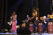 Pětadvacátý Vsetínský jazzový festival se uskutečnil v sobotu 13. října v Domě kultury ve Vsetíně. Hlavní hvězdou večera byla herečka a zpěvačka Hana Holišová s brněnským New Time Orchestra.