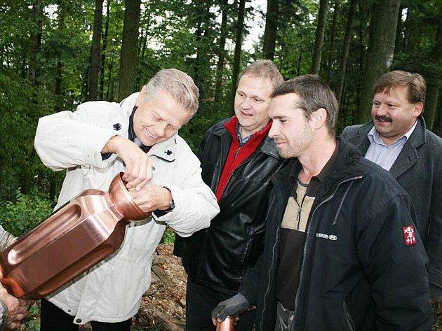 Do kopule střechy dokončované Jurkovičovy rozhledny na Karlově kopci v Rožnově pod Radhoštěm vložili 19. října 2011 tubus se vzkazem pro budoucí generace