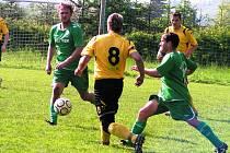 Fotbalisté Podlesí (ve světlejších dresech) měli s béčkem Velkých Karlovic + Karolinky neuvěřitelný nástup. V 15. minutě vedli 3:0. Nakonec vyhráli 4:2.