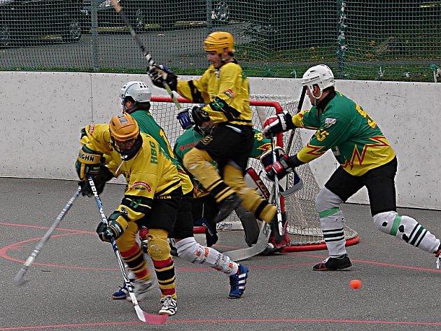Hokejbalisté Vsetína (žluté dresy) porazili doma Sudoměřice vysoko 6:1.