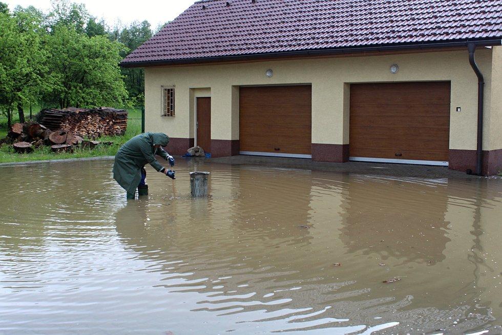 Velká voda potrápila hasiče 22. května 2019 v Huslenkách. Pod vodou byla část silnice, voda zatopila sklepy obecního úřadu.