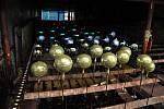 Výroba vánočních baněk ve vsetínském výrobním družstvu Irisa; Vsetín, středa 14. listopadu 2012
