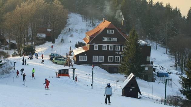 Na sjezdovkách je díky dobrým podmínkám stále živo, převažují děti z lyžařských kurzů. Svah poblíž hotelu Portáš v Javorníkách si užívaly i děti z liptálského dětského domova