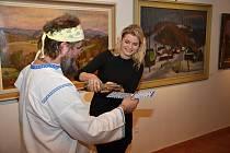 Desítky milovníků umění zaplnilo v neděli odpoledne výstavní místnosti ve Zvonici Soláň. Konala se tu vernisáž obrazů akademického malíře Jana Hrnčárka.