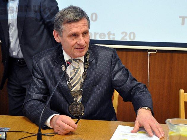 Nově zvolený starosta města Vsetín Jiří Čunek (KDU-ČSL) na třetím ustavujícím zastupitelstvu; Vsetín, zasedací sál MěÚ, pondělí 8. prosince 2014.