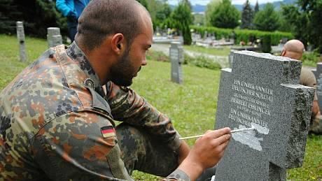 Příslušníci bundeswehru pečují na hřbitově ve Valašském Meziříčí o hroby německých vojáků.