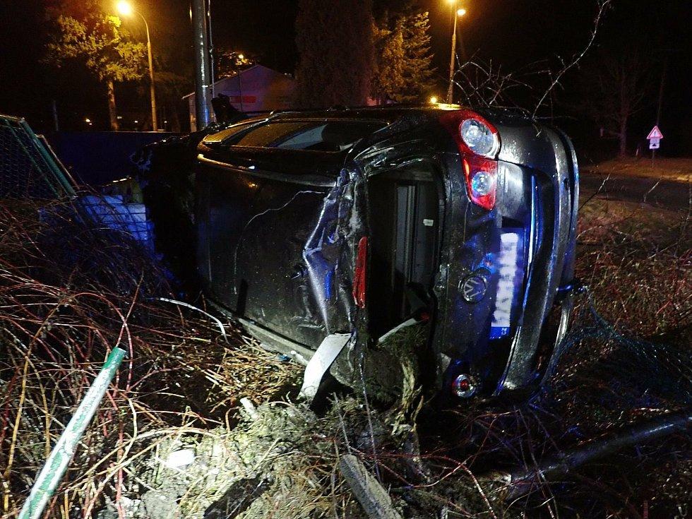 Při noční jízdě Vsetínem řidič zvalchoval plot, dvě brány a hlavní uzávěr plynu.