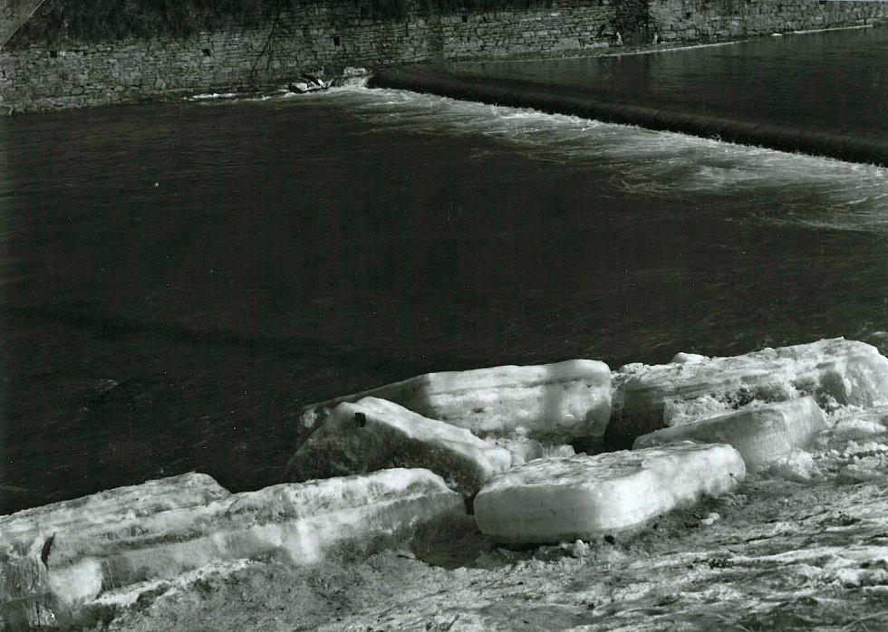 Kry na břehu Vsetínské Bečvy  po zimě v březnu 1963.