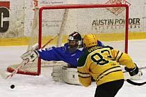 Utkání 30. kola druhé hokejové ligy mezi hráči VHK Vsetín (ve žlutém) a HC Bobři Valašské Meziřičí na zimním stadionu Na Lapači ve Vsetíně v neděli 3. ledna 2016