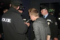 Policisté na Valašsku kontrolovali v noci z pátku na sobotu 30. srpna 2014 bary, diskotéky a restaurace ve Vsetíně, Valašském Meziříčí a Rožnově pod Radhoštěm. Hledali mladistvé pod vlivem alkoholu.