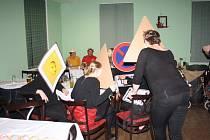 Na maškarním ve Valašské Bystřici zvítězily masky oděné jako dopravní značky.