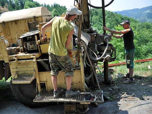 Pracovníci odborné firmy navrtávají rozsáhlý aktivní sesuv ve vsetínské místní části Ohýřov. Cílem je zjistit geologické složení půdy a hloubku smykové plochy sesuvu.