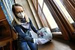 Kristýna Pončíková, lektorka Muzea regionu Valašsko, ukazuje vzácný japonský porcelán, který si mohou návštěvníci Zámku Lešná prohlédnout v zámecké jídelně.