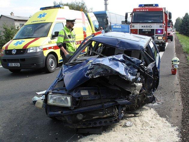 Vážná dopravní nehoda uzavřela silnici mezi Valmezem a Rožnovem