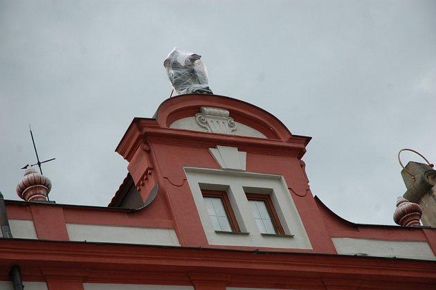 Ze sto let staré plastiky orla v průčelí domu na náměstí ve Valašském Meziříčí se odlomilo křídlo a spadlo asi z dvaceti metrů do zahrádky restaurace.