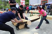 Na soutěž Prlovský drvař se v sobotu 11. května sjelo 32 soutěžících a stovky návštěvníků. Václav a Darina Čalovi si užívali diváckou soutěž v řezání hrbaňú.