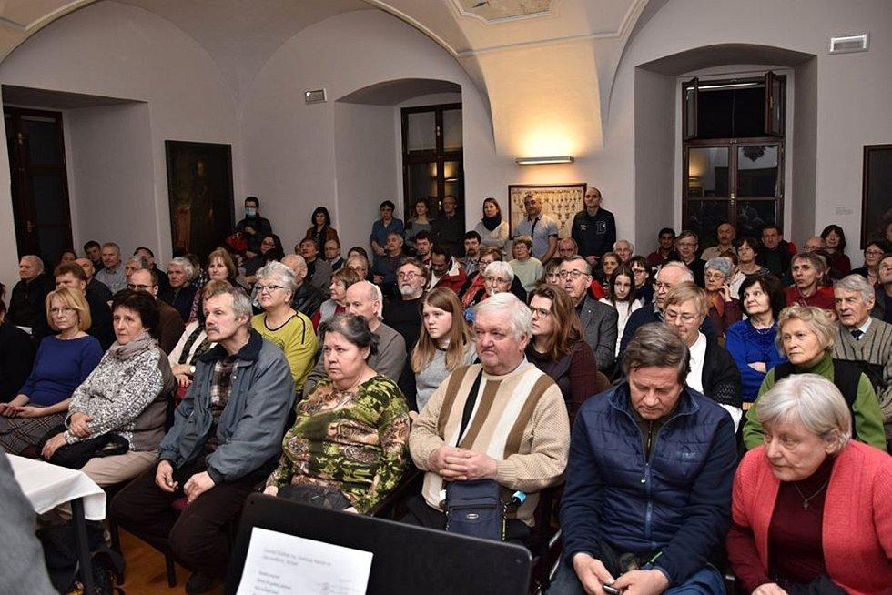 Návštěvníci besedy rabína a instruktora bojového umění Krav maga Davida Bohbota a arabského křesťana Nasri Karrama, která se konala v neděli 16. února 2020 u příležitosti zahájení 16. ročníku festivalu Chaverut - Přátelství ve Valašském Meziříčí.