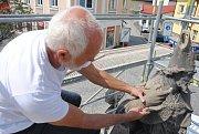 Barokní sochu svatého Valentina u právě opravovaného mostu přes Rožnovskou Bečvu obepíná lešení. Do opravy se pustil akademický sochař Miroslav Machala.