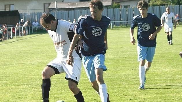 Fotbalisté Zašové (bílé dresy) doma porazili Francovu Lhotu 2:0.