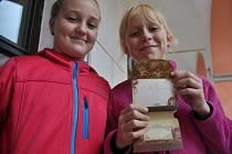 Aneta Kyselá (vlevo) a Katka Hašová z Valašského Meziříčí s cenným úlovkem – vlastnoručním podpisem prezidenta republiky Miloše Zemana; Valašské Meziříčí, úterý 23. září 2014