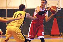 Basketbalista druholigové Jasenice Lukáš Bězděk (s míčem).