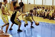 Juniorští basketbalisté Valašského Meziříčí U19 (žluté dresy) měli dobrou sezonu 2011–2012.
