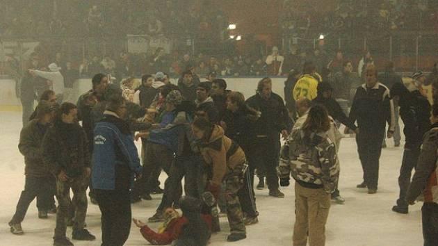 Hromadná bitka na ledě.