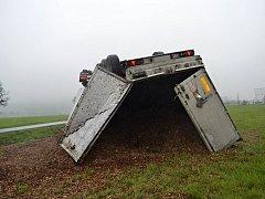 Kamion převážející dřevní štěpku havaroval v úterý 2. května 2017 u Branek na Valašskomeziříčsku. Příčinou byla vysoká rychlost.