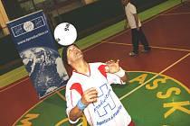Žonglér Bursas Charalambos pokořil světový rekord v žonglování s míčem