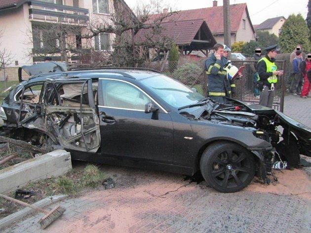 Dopravní nehoda osobního vozidla, ke které došlo na ulici Hážovice v Rožnově pod Radhoštěm.
