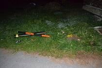 Zničená přípojka plynu, do které v Hovězí v sobotu 13. října 2018 nacouval silně opilý třiatřicetiletý řidič z Karolinky.