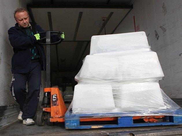 """Mezinárodní sochařské sympozium """"Sněhové království"""" na Pustevnách. Skládání ledových kvádrů z kamionu."""
