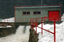 Pro snížení hladiny vody ve vodních nádržích se rozhodli vodohospodáři na přehradních nádržích Bystřička a Karolinka.  Učinili tak s ohledem na víkendové předpovědi počasí.