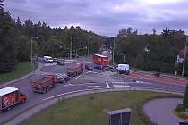 Záběr z webové kamery na křižovatku u hotelu Eroplán v Rožnově pod Radhoštěm nedaleko opravovaného úseku silnice I/35 ve čtvrtek 17. září 2020 v 11.53 hodin.